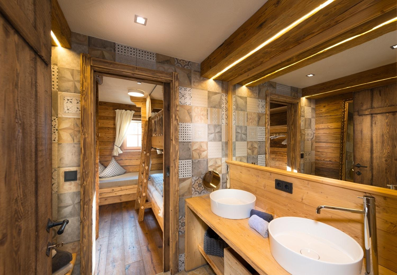 Badezimmer chalet bild quot badezimmer quot zu for Hotel badezimmer design