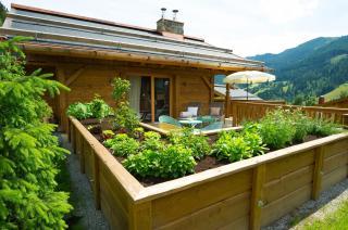 Terrasse mit Hochbeet, Luxus Chalet