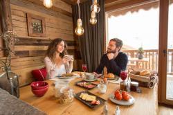 Gemütliches Frühstück in der Kuschelhütte, Proneben Gut Luxus Chalets