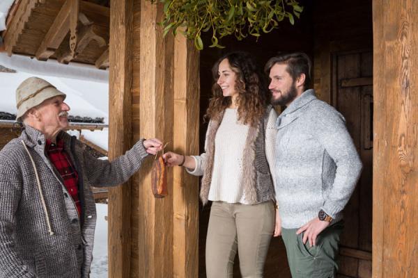 Opa Hans bringt den Speck, PRONEBEN GUT, Kuschelhütten Chalets & Erlebnisbauernhof