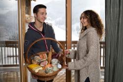 Jakob bringt den Frühstückskorb, Kuschelhütten Chalets Österreich