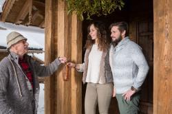Opa Hans bringt den Speck, Kuschelhütten Chalets Österreich