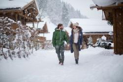 Spaziergang im Schnee, Kuschelhütten Chalets Österreich