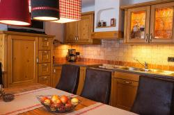 Küche und Esstisch - Ferienwohnung Apfelbaum