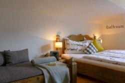 1. Schlafzimmer in gelb, Ferienwohnung Eseltraum