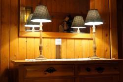 Lampe und Vorzimmer Komode