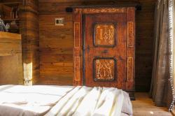2 Schlafzimmer mit Bauernschrank