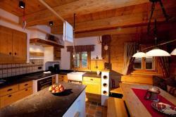 Hochwertige Wohnküche mit massiven Esstisch für gesellige Stunden