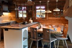 Küche und Esstisch | Chalet Oma Gretl
