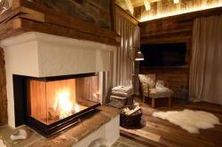 Offener Kamin mit kinsternden Feuer | Luxus Chalet Oma Gretl