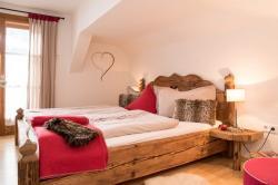 2. Schlafzimmer in rot, Ferienwohnung Eseltraum