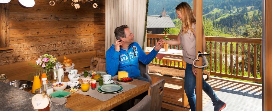 Gemütliches Frühstück zu Zweit, Luxus Chalets Proneben Gut, Österreich